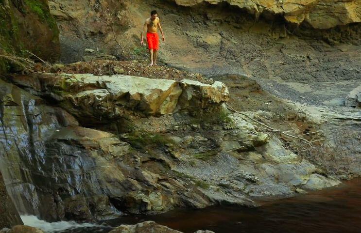 Позитив прыгнул с водопада