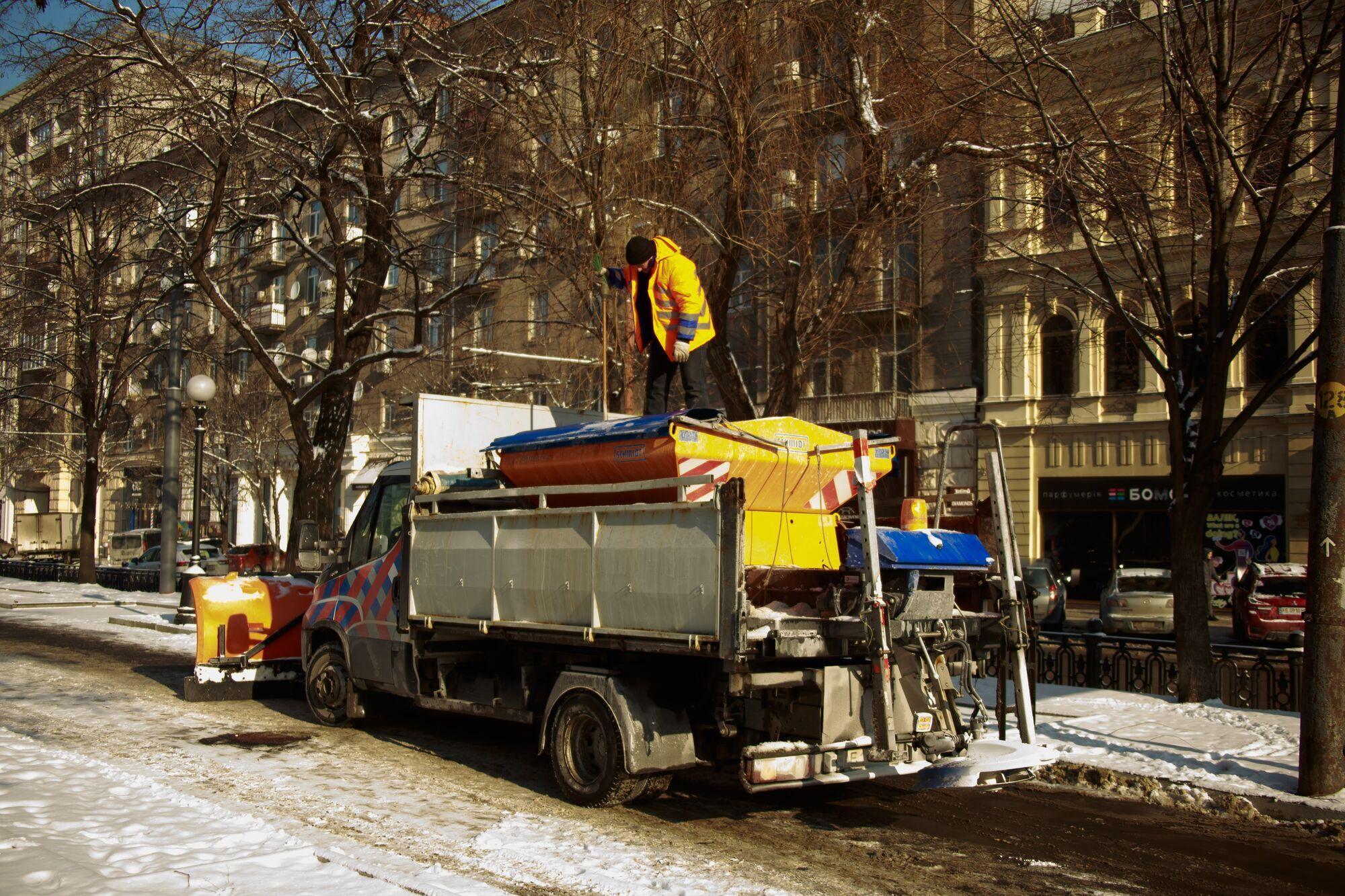 Мінітехніка задіяна у прибиранні снігу на основних територіях