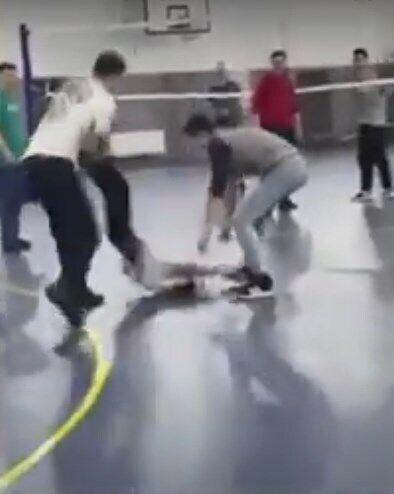 Школьника уронили головой о пол.