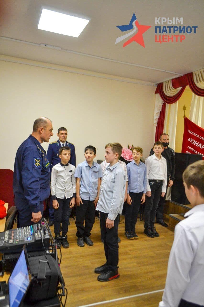 Детям в оккупированном Крыму вручили красные береты.