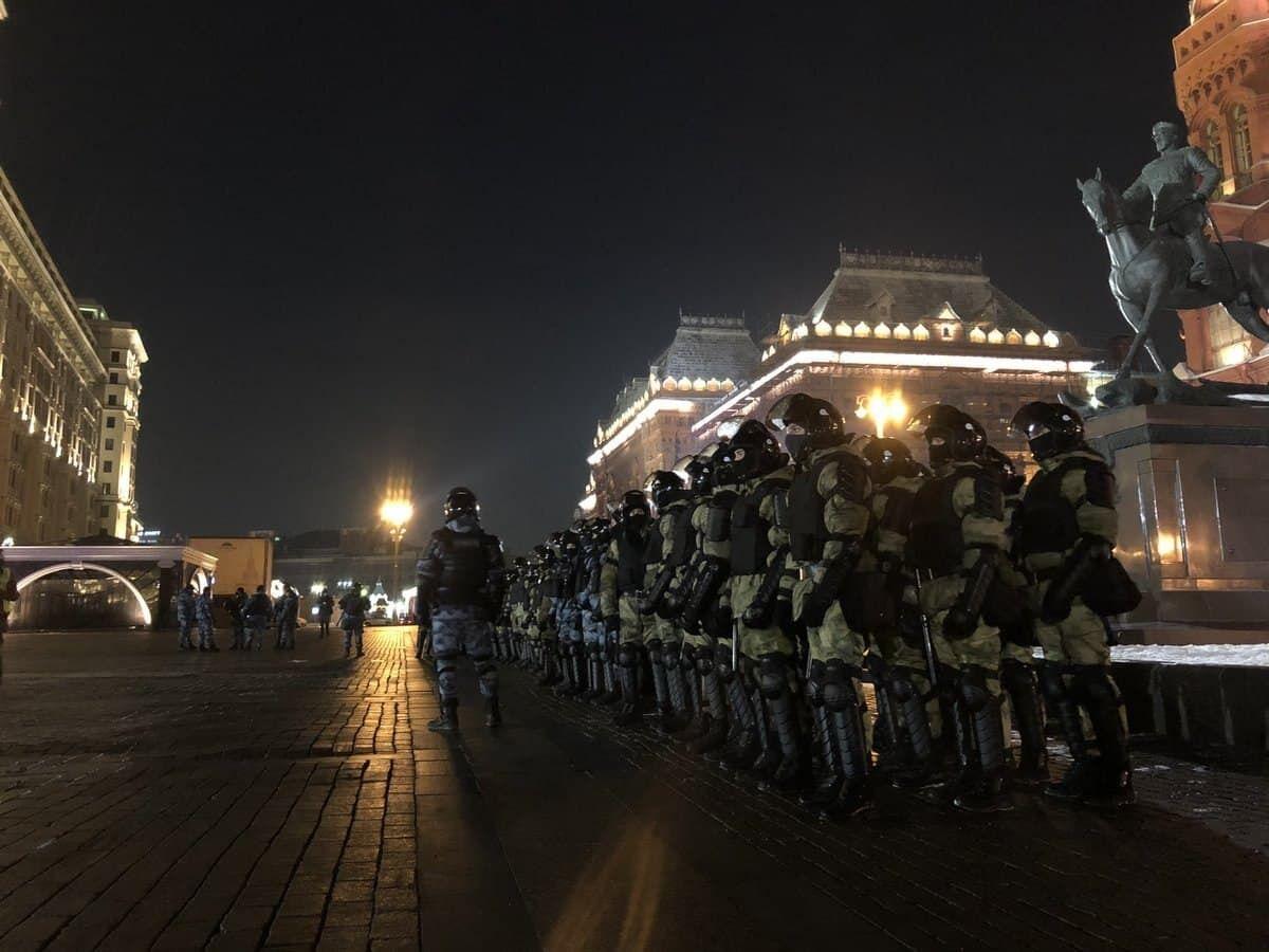 Біля пам'ятника Жукову нарахували 80 колон по три людини в кожній