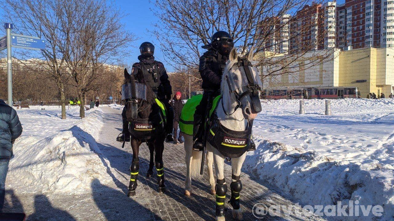 Патрули конной полиции возле Мосгорсуда