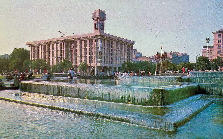 В 1981 году на башне здания установили электронные часы
