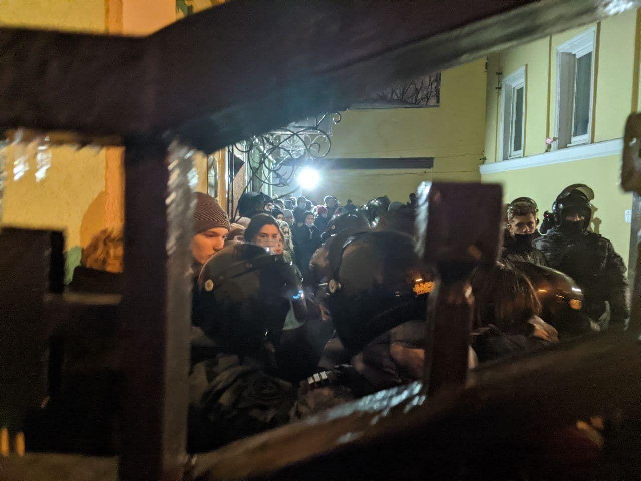 На Дмитровском перед задержанием людей заперли во дворе.