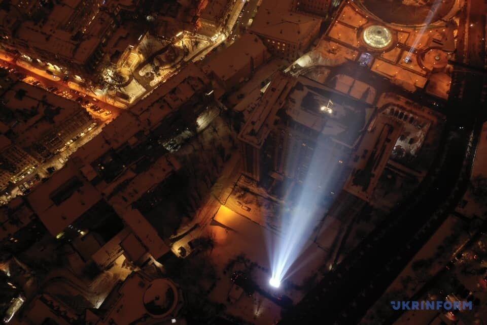 В Киеве зажгли Лучи достоинства.