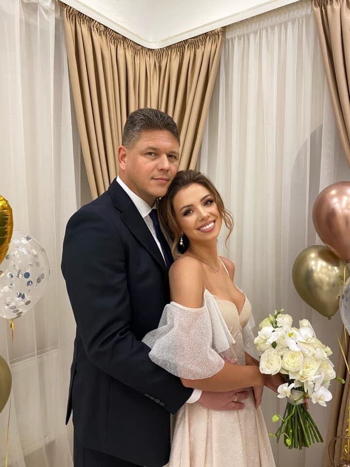 Анастасія Зінченко для церемонії вибрала кремове блискуче плаття міді