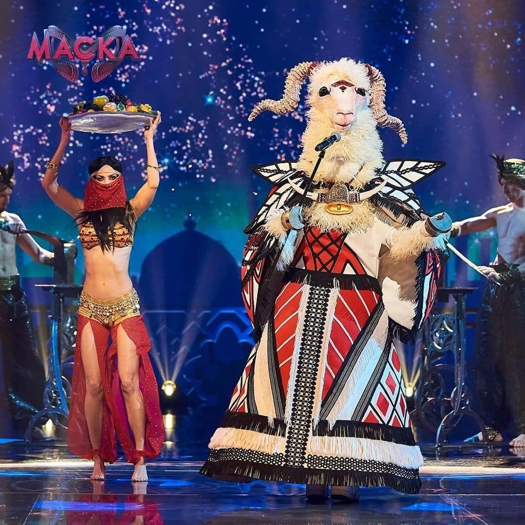 Участник в образе Козы на шоу.
