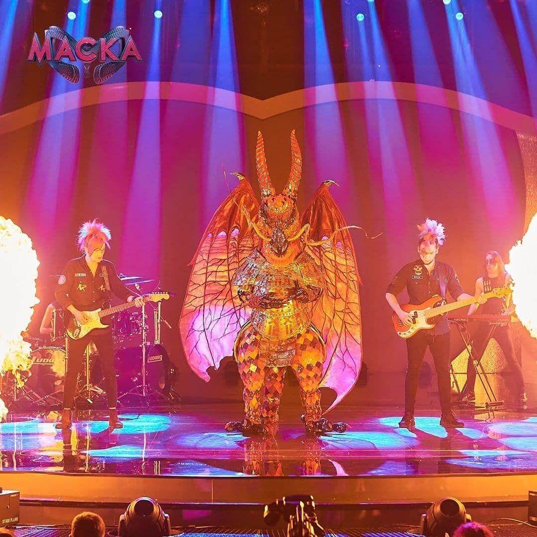 Участник в образе Дракона на шоу.