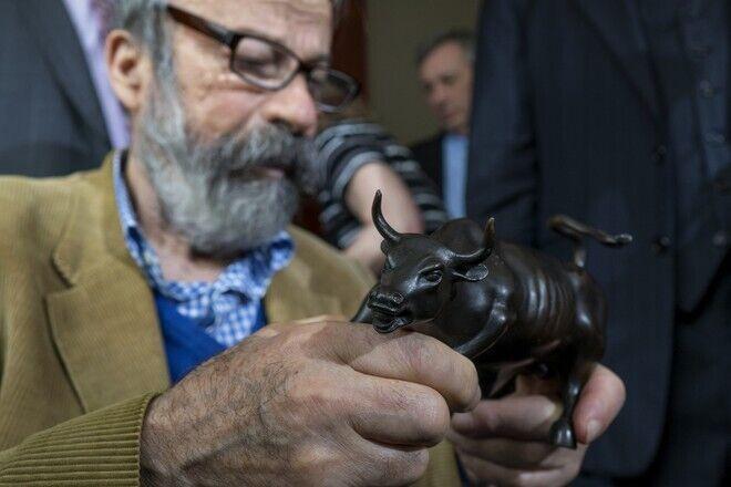 Артуро Ди Модика создал известную скульптуру быка.