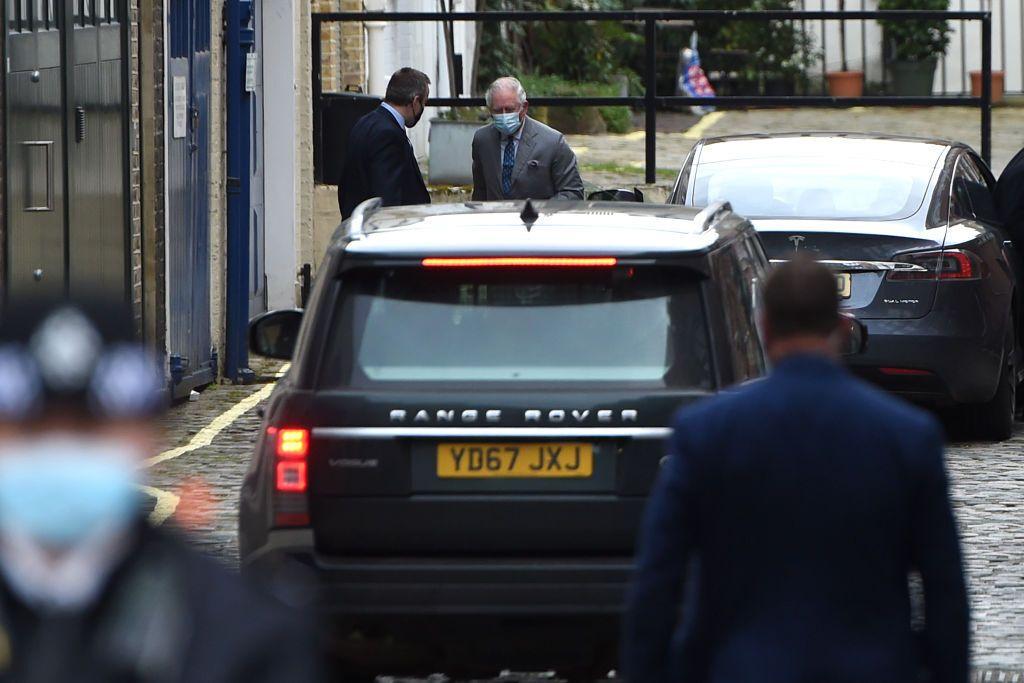 Принц Чарльз залишає лікарню.