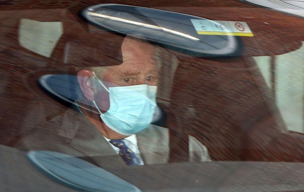 Принц Чарльз зі сльозами на очах в машині.