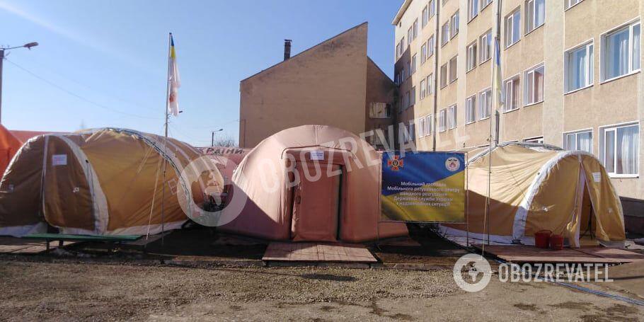Мобільний госпіталь для хворих на ковід розгорнули на Прикарпатті