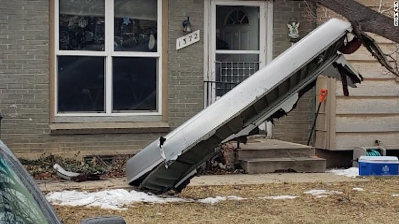 Части самолета упали на дома внизу