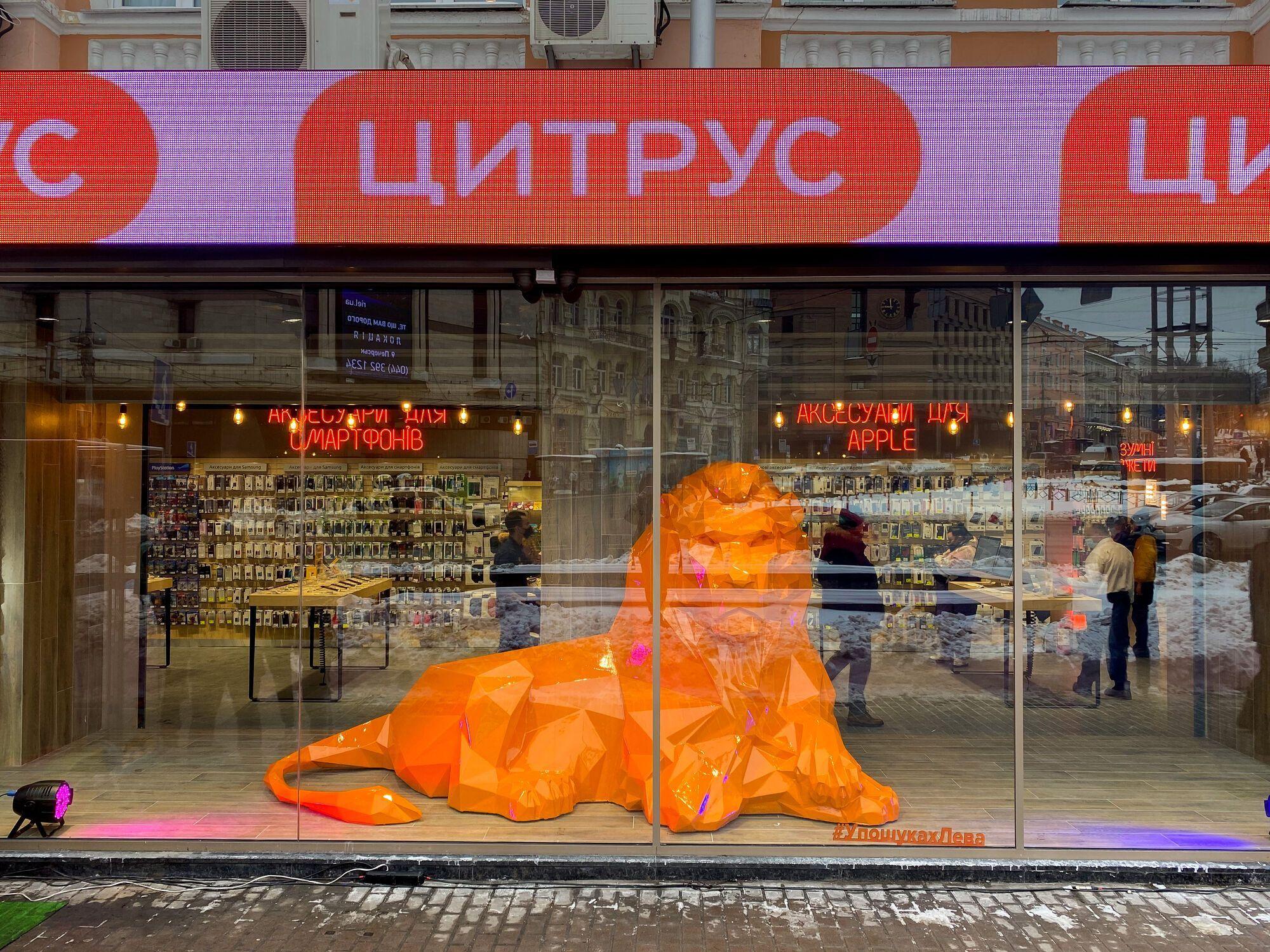 В Киеве вернули украденного льва и устроили праздник в его честь