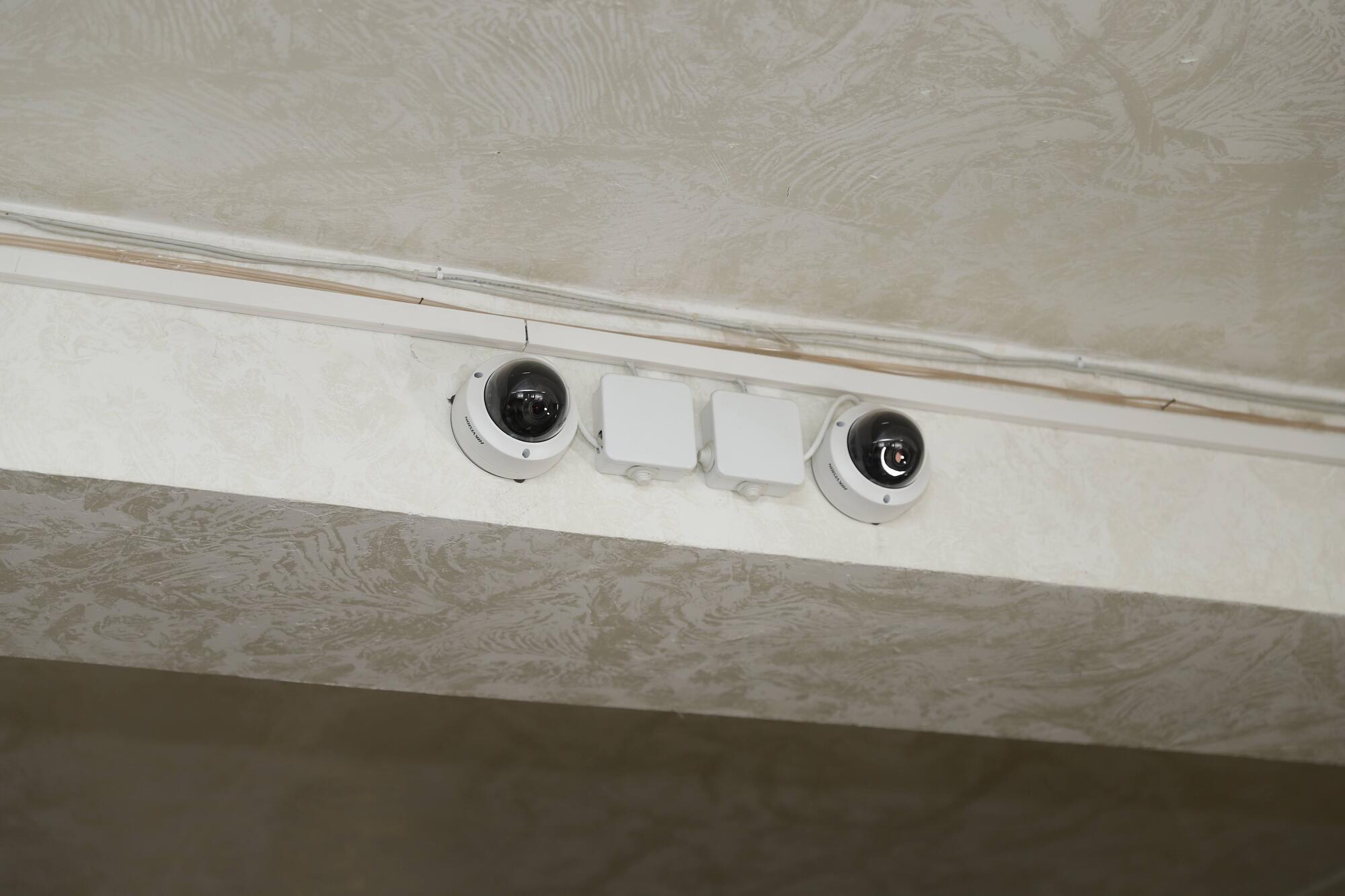 Вся информация с камер выводится на монитор, работу которого отслеживает администратор