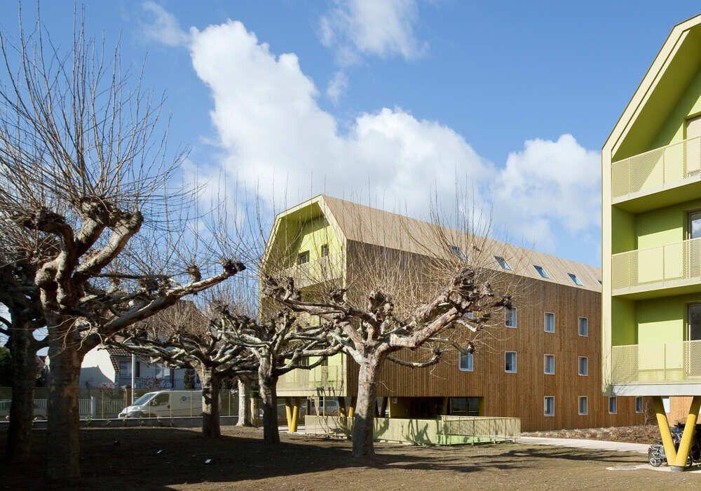 На крыше установлен механизм для сбора дождевой воды, которую используют для орошения ландшафта.