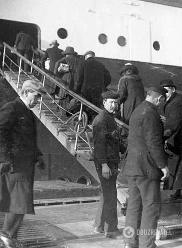 """Снимок Фрэнка Брауна: пассажиры поднимаются на борт """"Титаника"""" из посыльного судна """"Ирландия"""""""