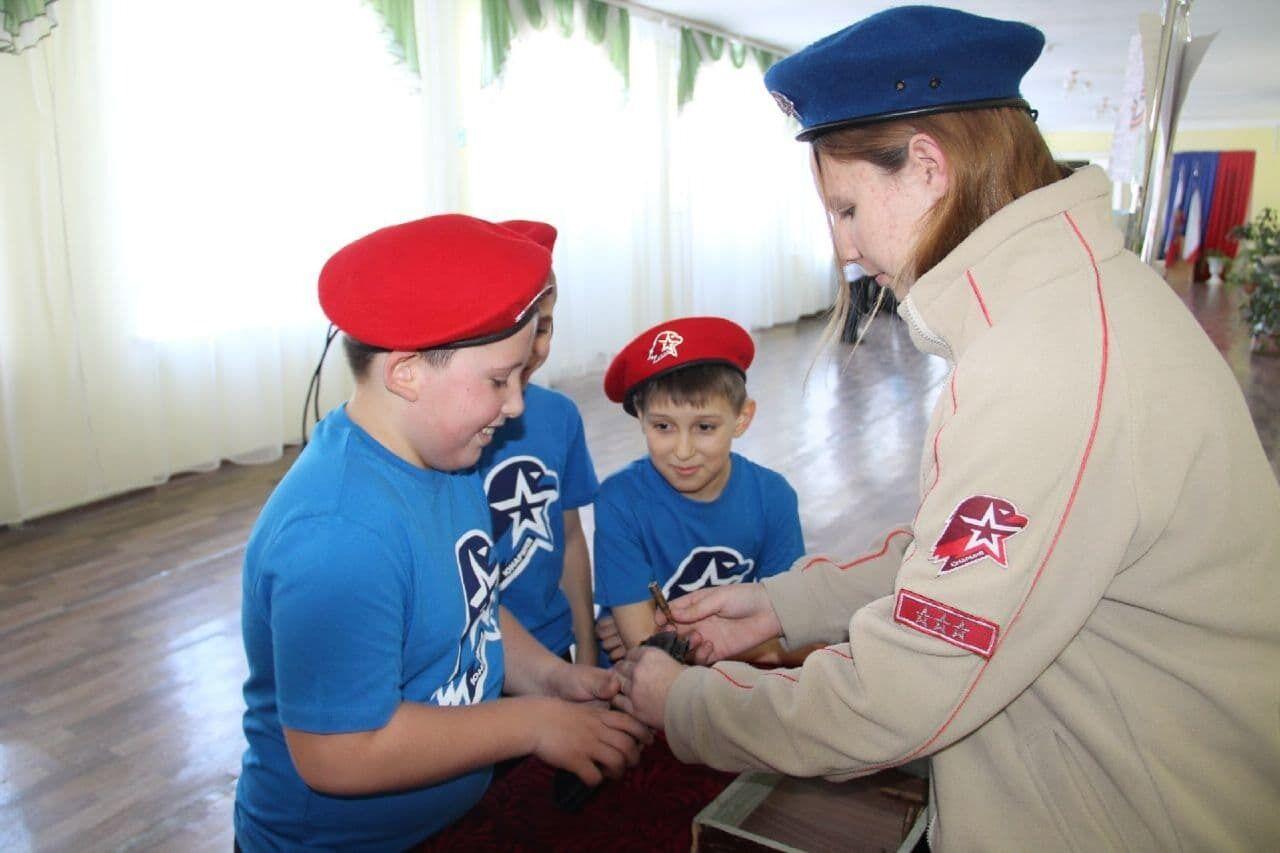 Школярів в окупованому Криму вчать, як поводитися з пістолетом