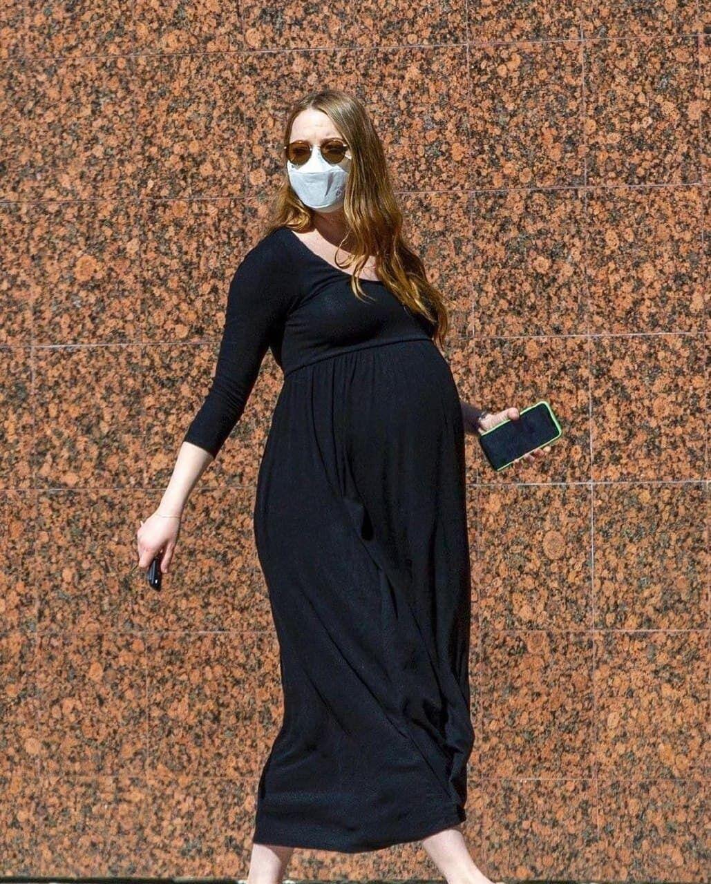 Эмма Стоун идет по улице