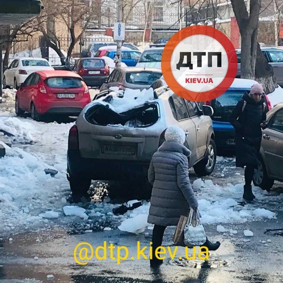 Страдают машины, припаркованные рядом с зданиями.