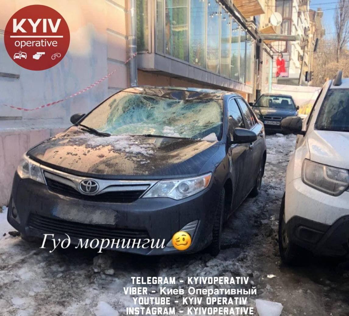 Из-за сосулек повреждения получили несколько авто.