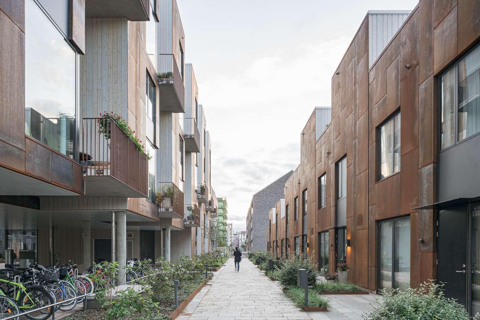 Дома спроектированы с разной высотой и глубиной, чтобы обеспечить контакт с окружающей средой