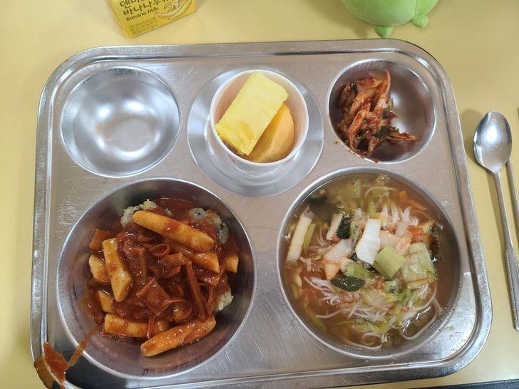 Обед в школьной столовой Южной Кореи.