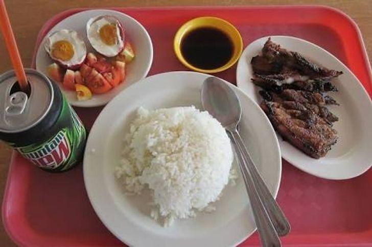 Обед в столовой на Филиппинах. К любому блюду обычно подают одну-две чашки риса.
