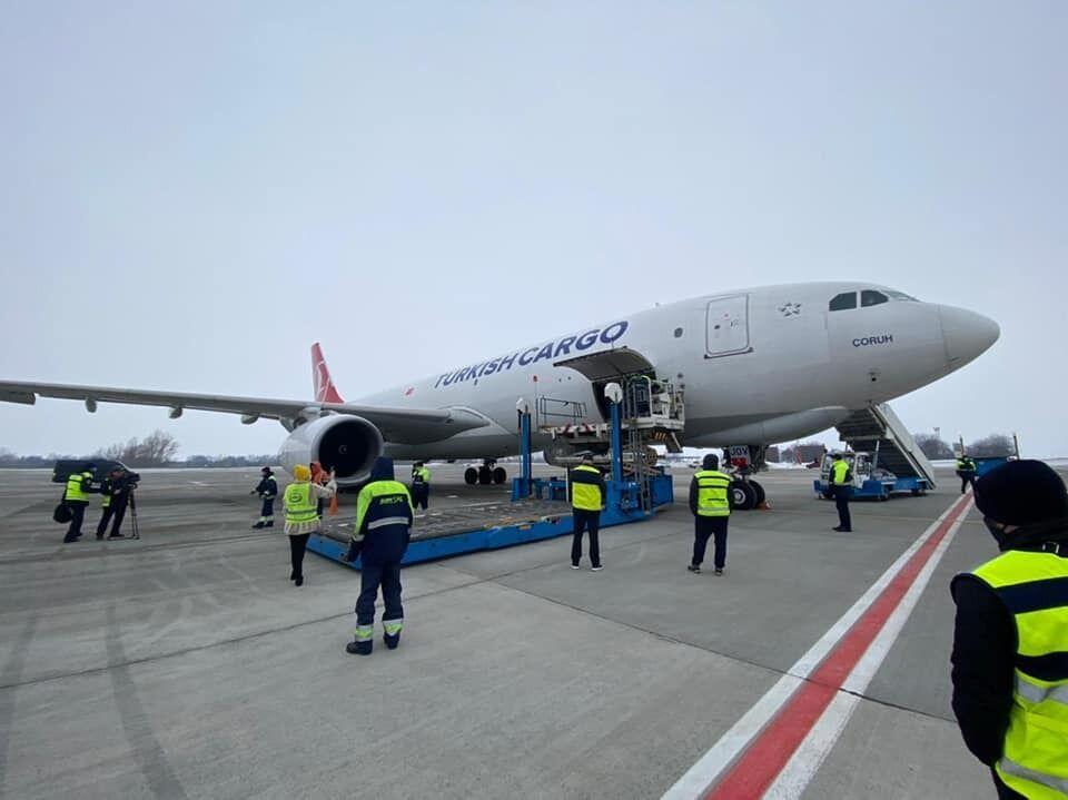 """Літак із вакциною CoviShield приземлився в """"Борисполі"""""""