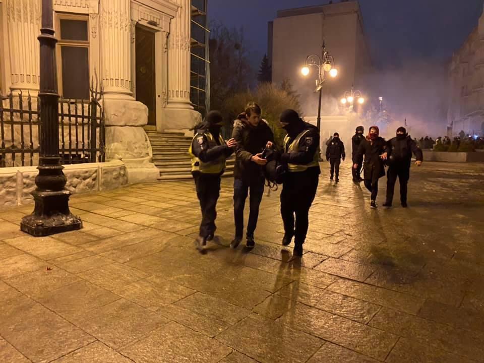 Під Офісом президента поранено 37 осіб, затримано – 24