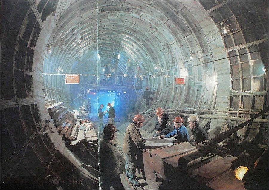 Будівництво одного з бічних тунелів станції.