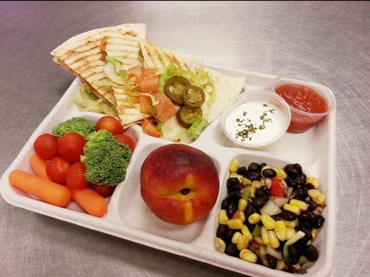 Обед в школьной столовой в Чапел-Хилл (Северная Каролина, США).