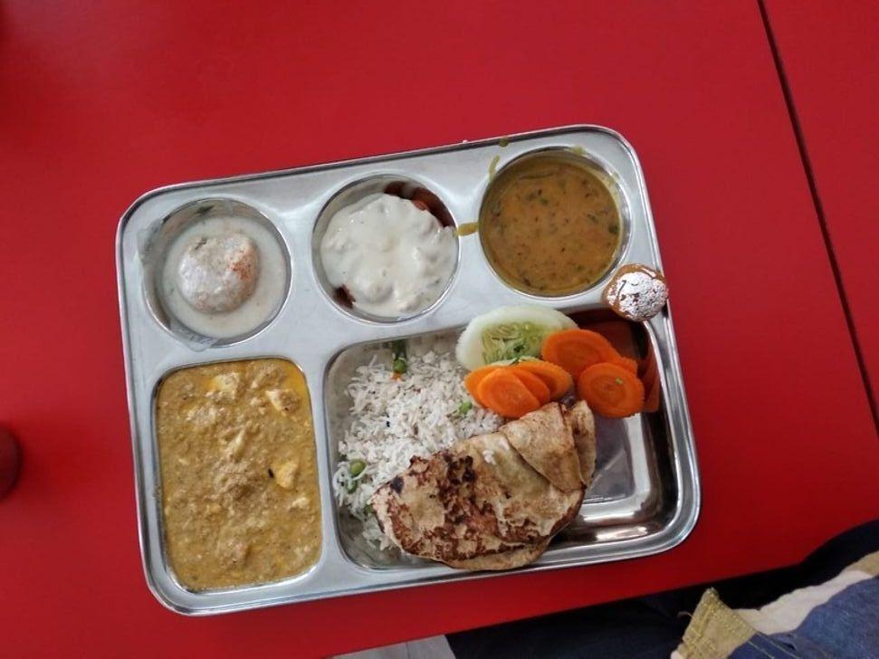 Обед в школьной столовой Индии.