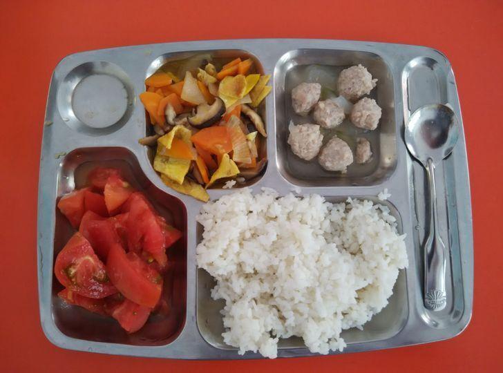Еще один обед в из одной из школ Китая.