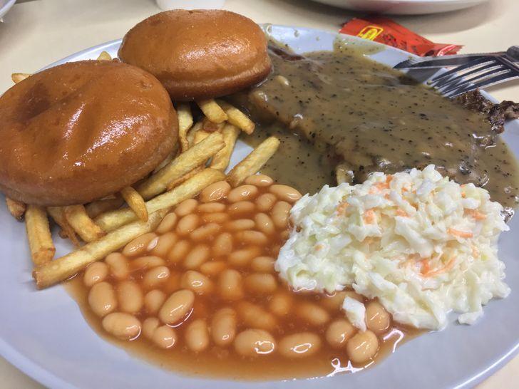 Обед из школьной столовой в Сингапуре.