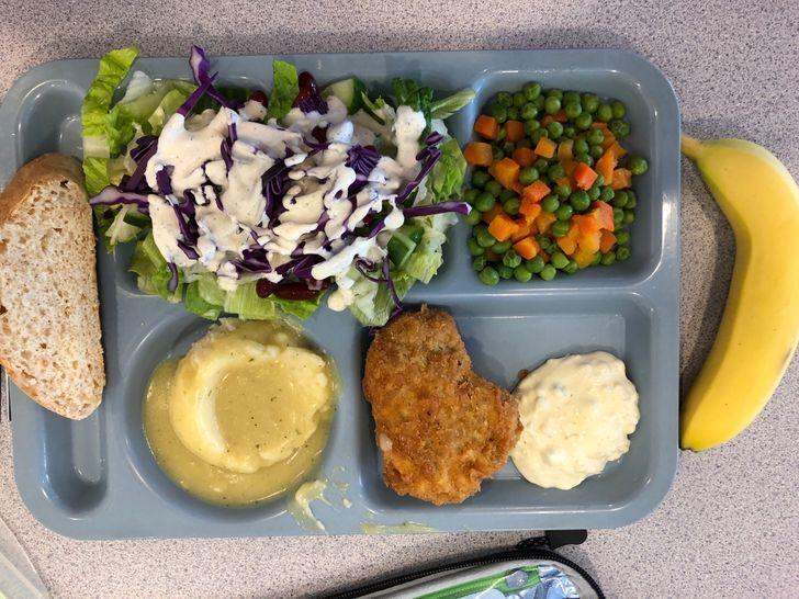 Обед в школьной столовой в штате Вашингтон (США).