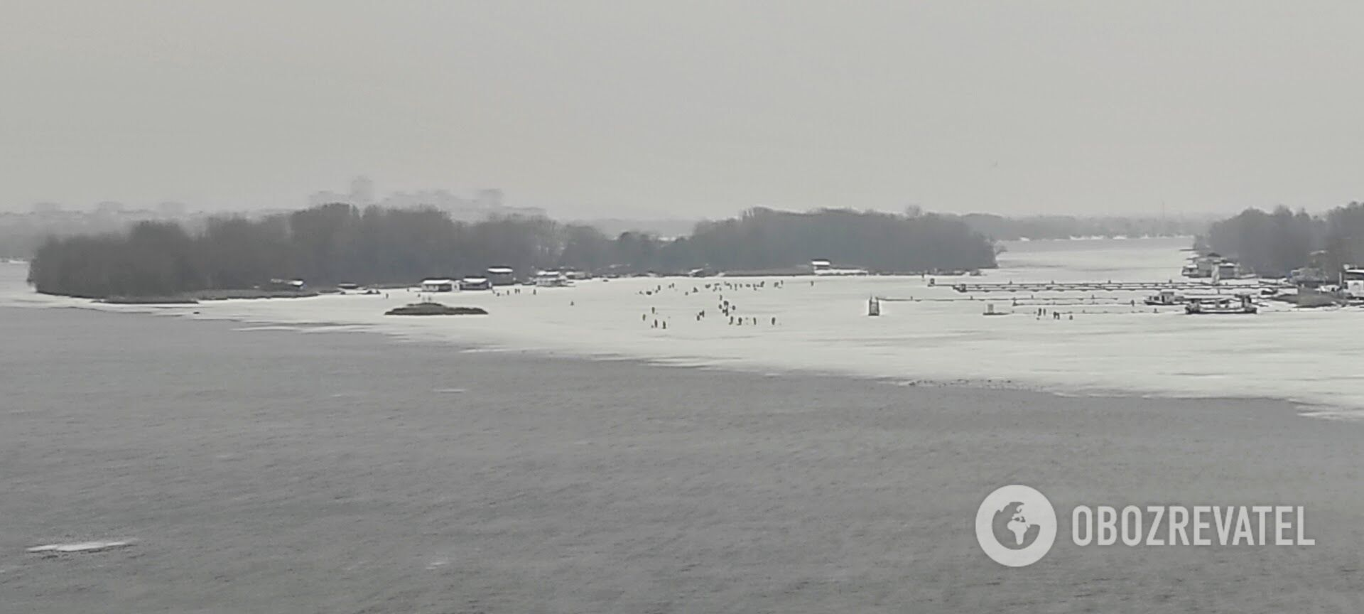 Несмотря на потепление, десятки людей выходят на лед