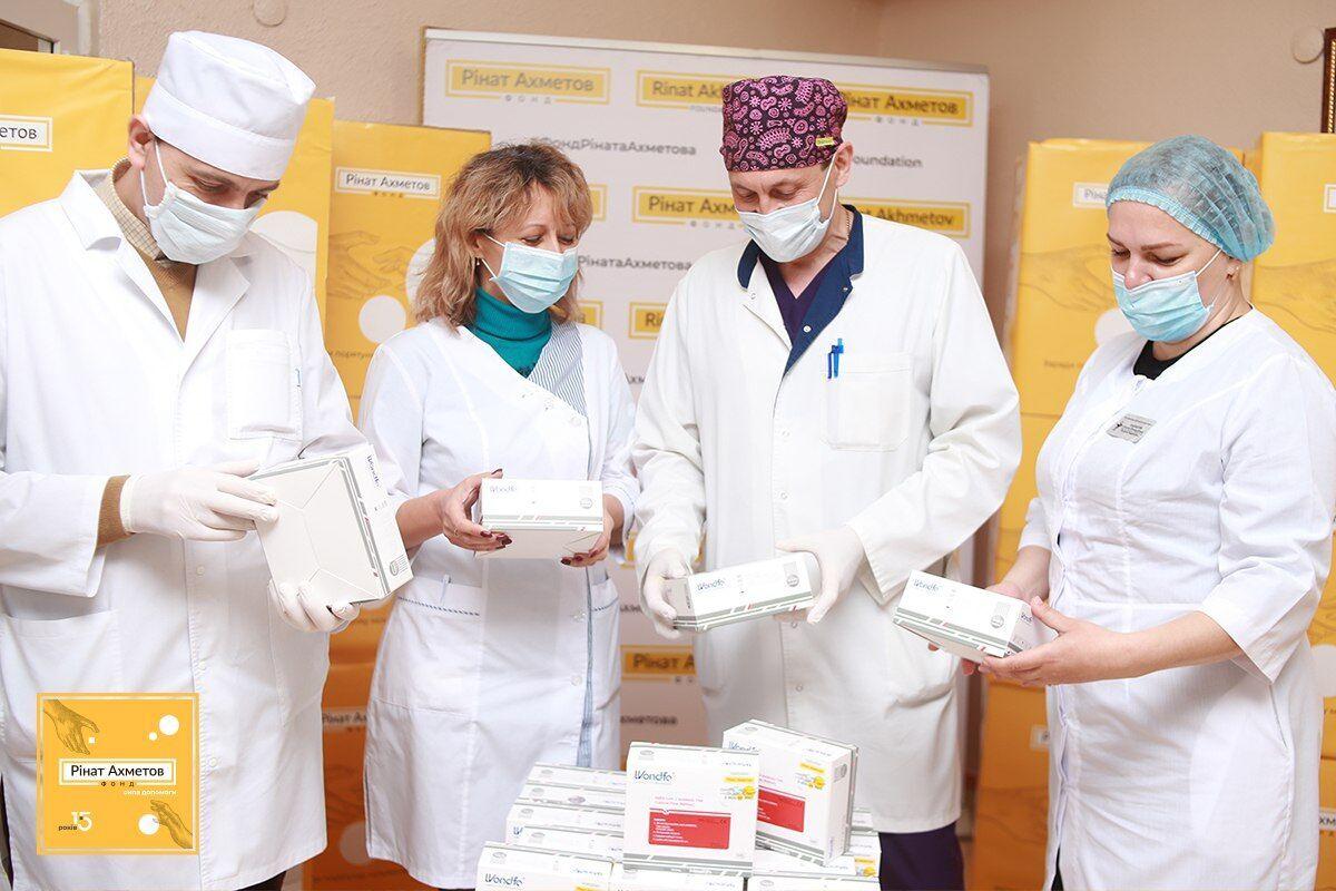 Фонд Рината Ахметова передал в опорные медучреждения регионов страны более 1000 единиц оборудования, 337 тыс экспресс-тестов, более 200 тысяч ЗИС