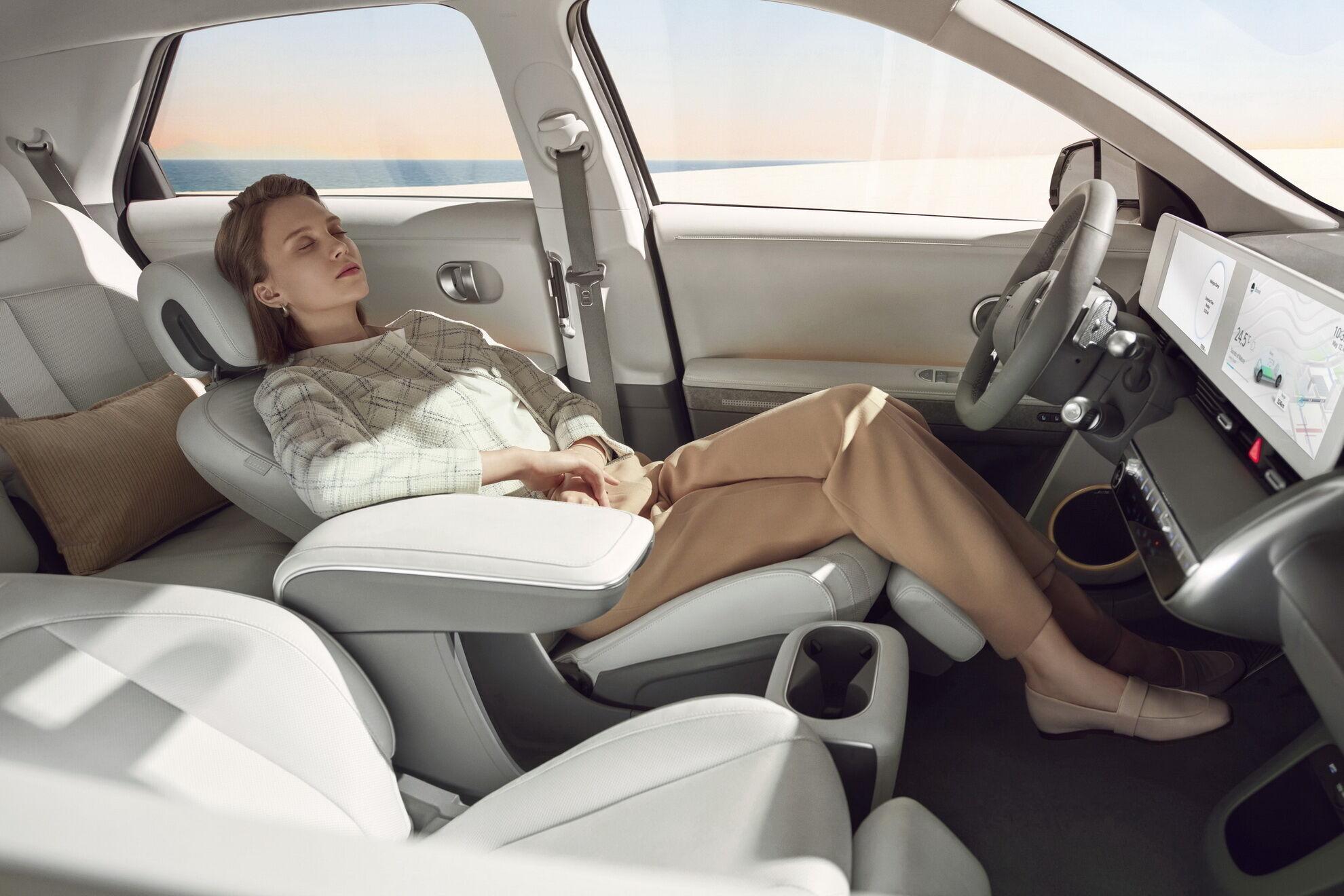 Комфорт водієві та передньому пасажирові забезпечать крісла з додатковою подушкою для відпочинку ніг