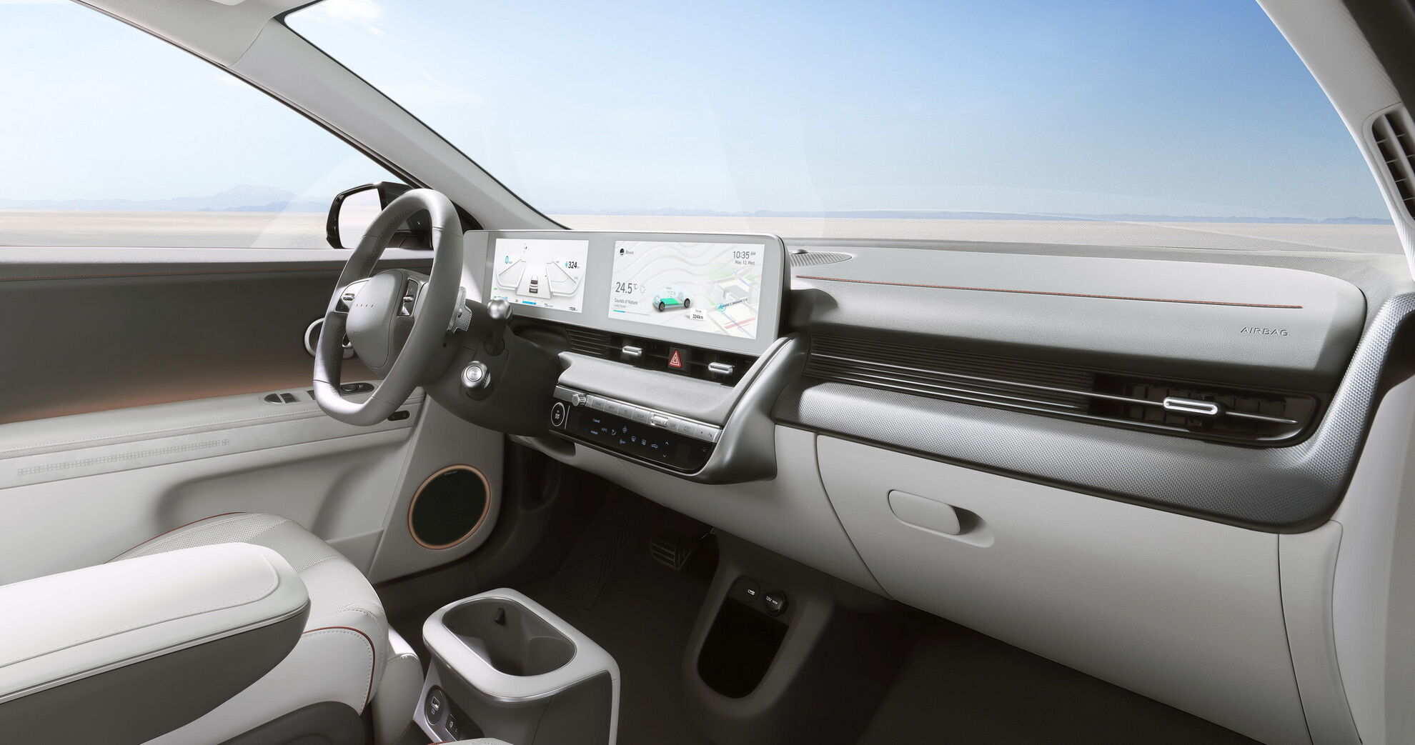 Вся необхідна водієві інформація виводиться на два 12-дюймових екрани