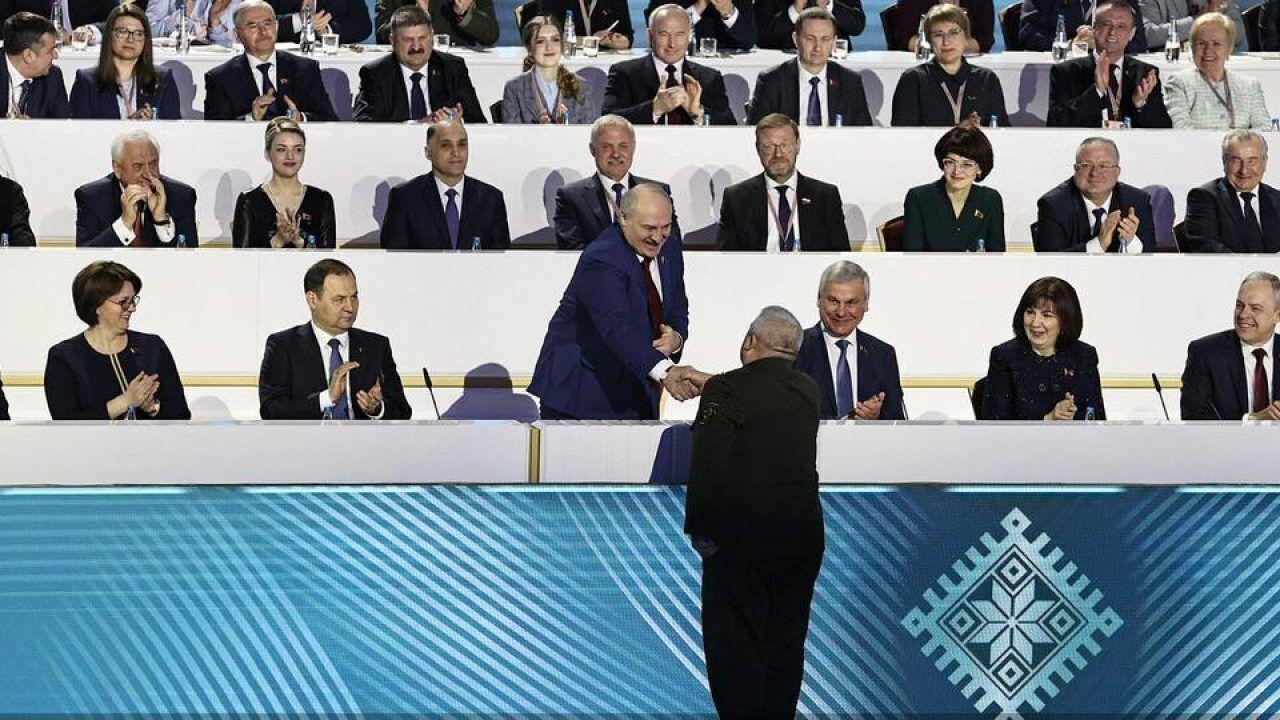 Рукопожатие военного с самопровозглашенным президентом