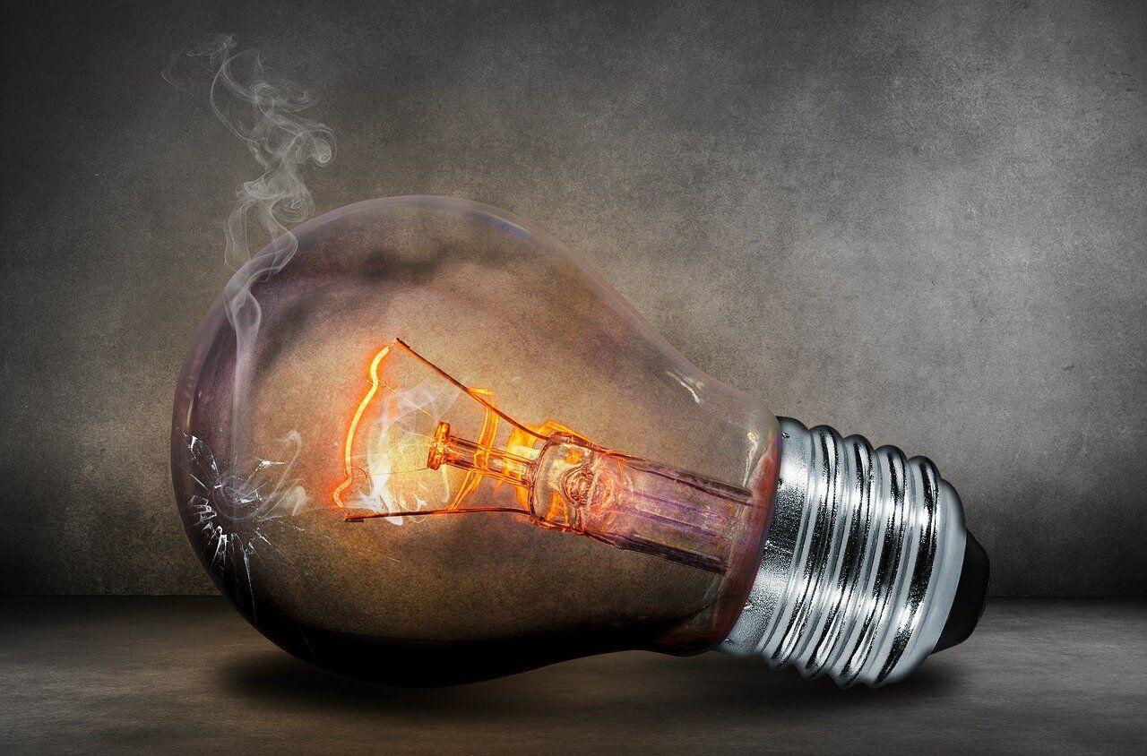 Первые лампочки продемонстрировали bАлессандро Вольта и Хамфри Дэви в 1815 году/b