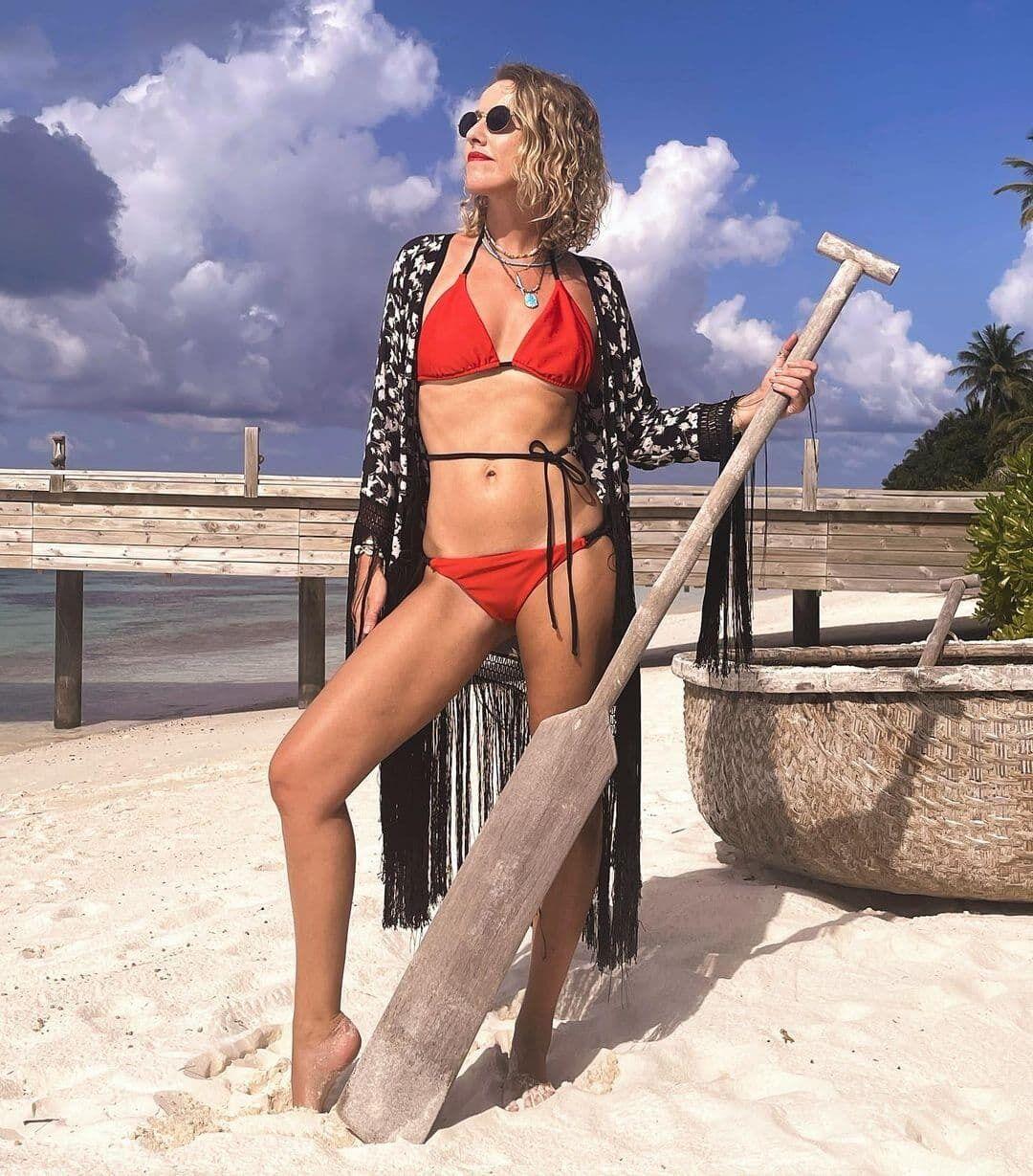 Ксения Собчак на пляже в купальнике