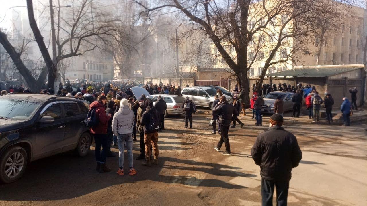 Активісти блокували виходи із суду