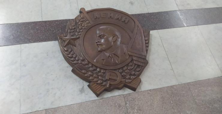 Барельеф с Лениным на полу мэрии