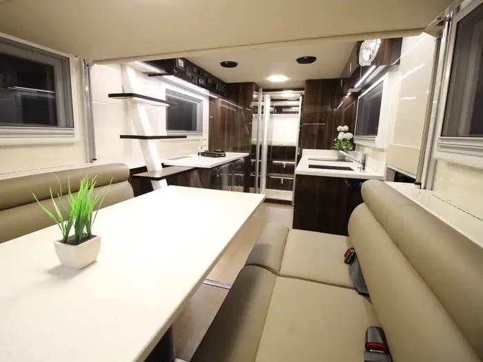 На первом этаже – стильная гостиная и кухня