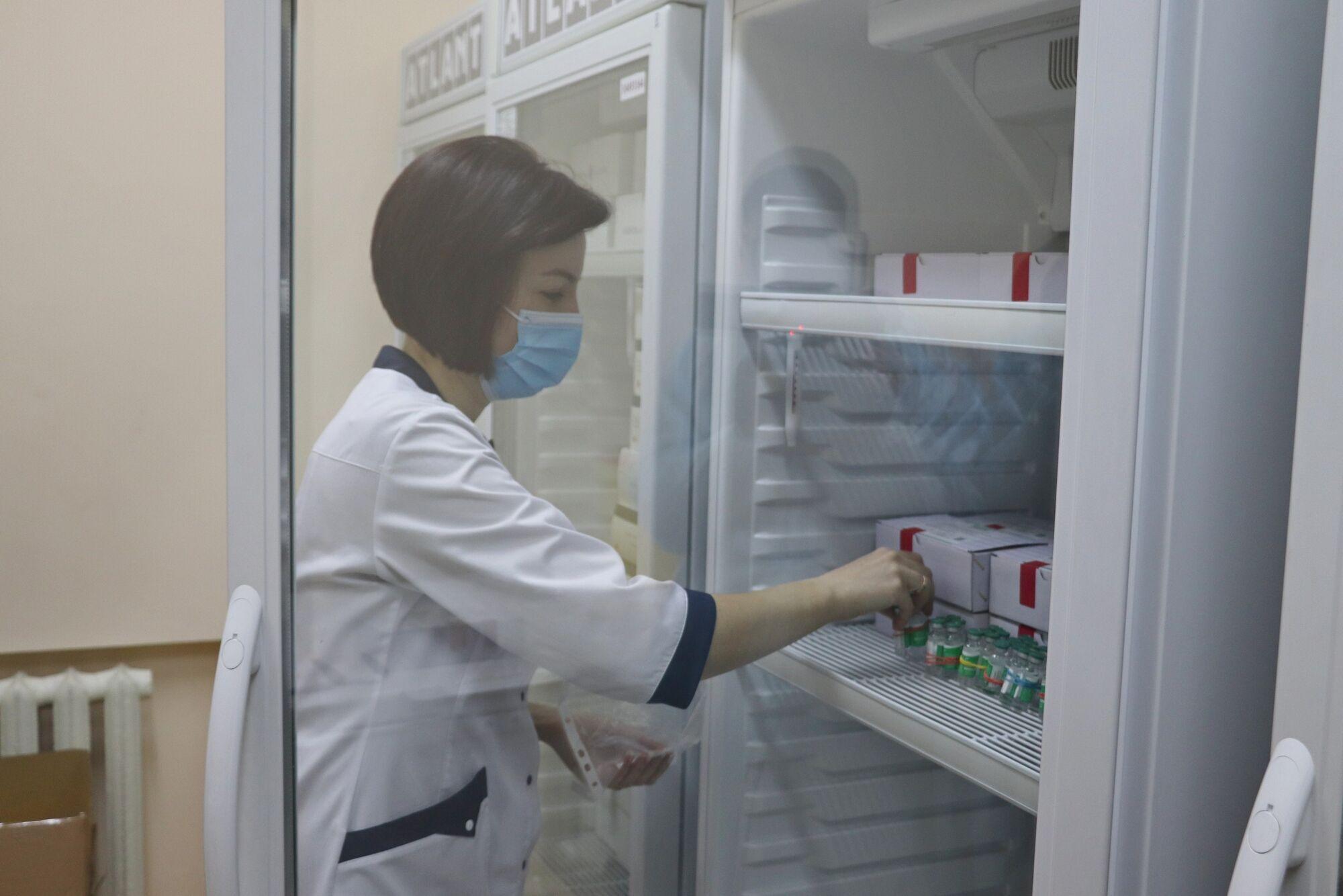 Першими вакцинуватимуть медпрацівників