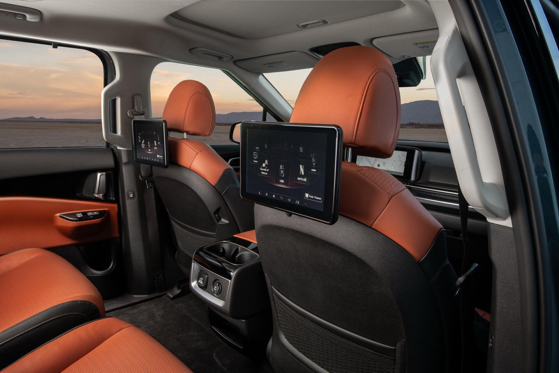 Для пасажирів другого ряду можна замовити додаткові екрани для відпочинку та розваг