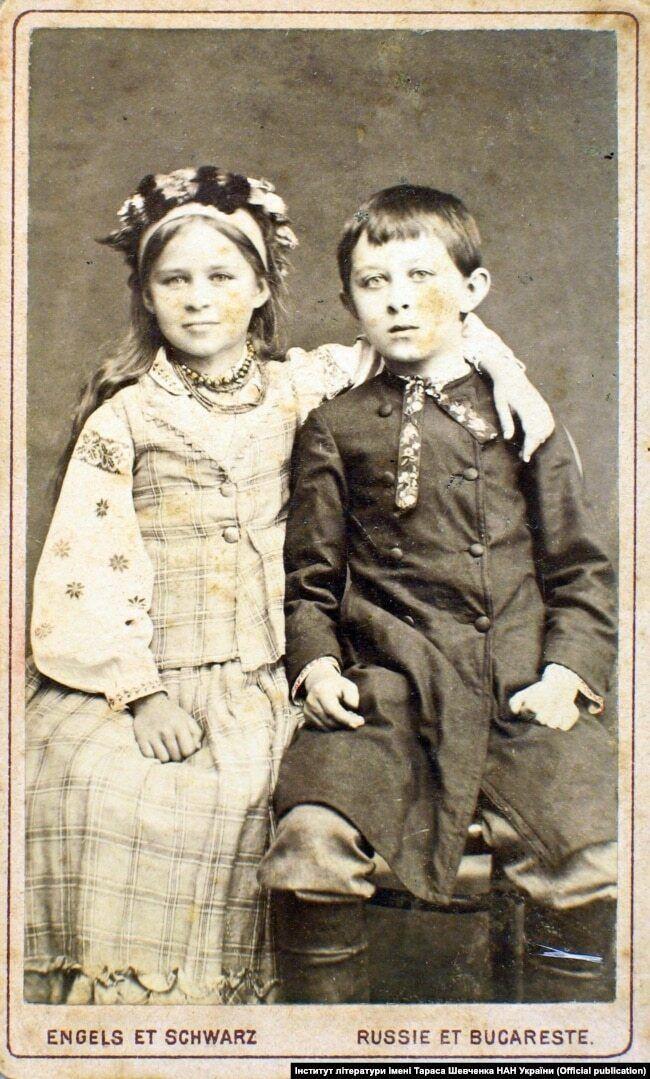 Маленькая Леся Украинка с братом Михаилом. Киев, 1881 год.