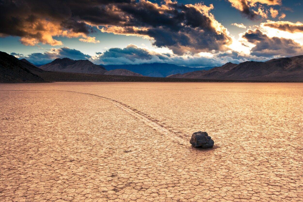 """""""Живе"""" каміння рухається по озеру в Каліфорнії."""